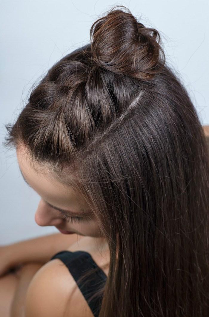 schnelle frisuren für lange haare, haarfarbe dunkelbraun, halber dutt, französischer zopf, flechtfrisur