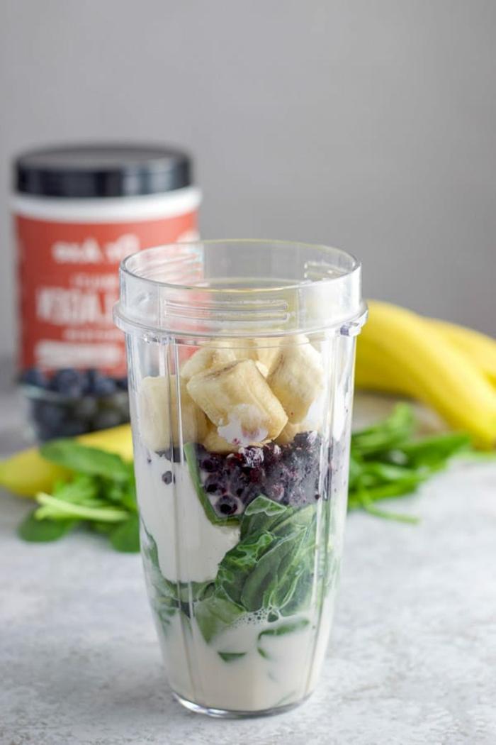 smoothie rezept mit bananen, blaubeeren, spinat, kohlenhydratefreies essen mit viel eiweißgehalt