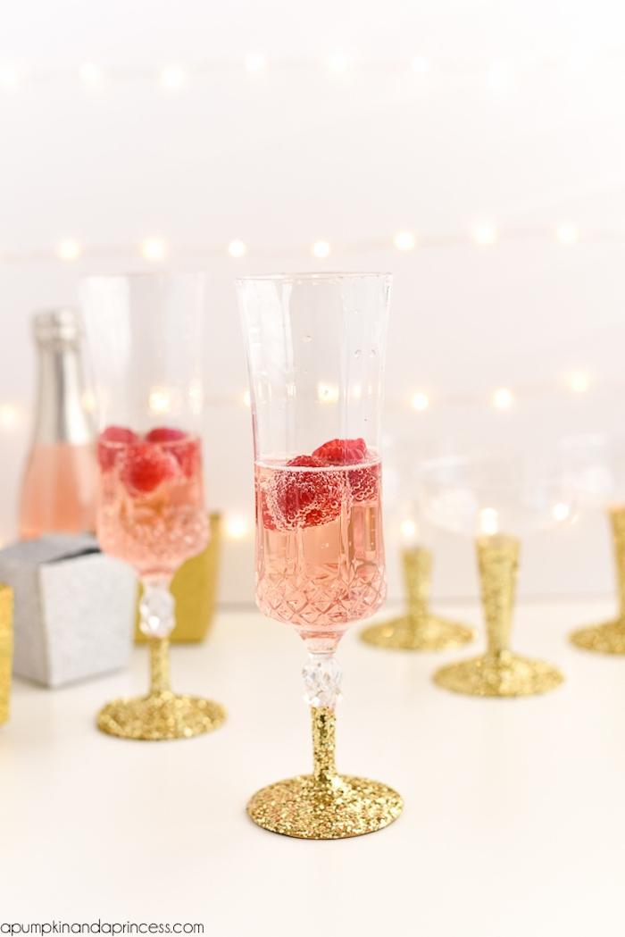 Gläser mit goldenem Glitzer selbst verzieren, schöne Geschenkidee, Champagner mit Himbeeren