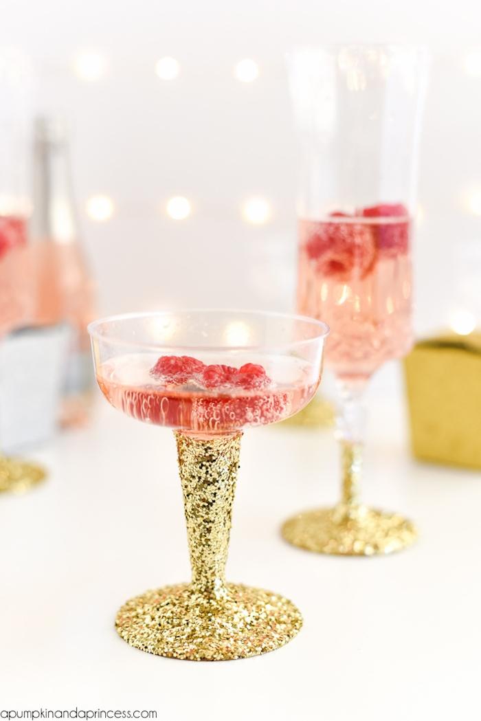 Gläser mit goldenem Glitzer selbst verzieren, Champagner mit Himbeeren