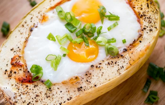 kohlenhydratarmes essen, eier in kürbis gebacken mit gewürzen und frischzwiebel
