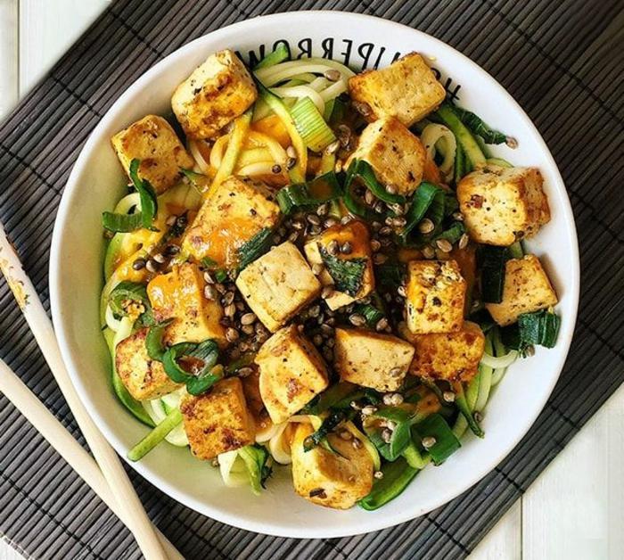 kohlenhydratarmes essen, tofu gerichte zum selbermachen idee mit zucchini pasta, vegetarische rezepte