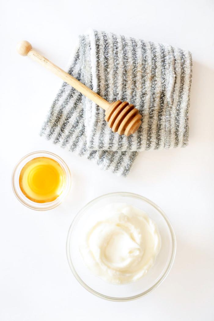 schnelleres haarwachstum, zwei schüssel aus glas, honiglöffel, bulgarischer joghurt, gestreiftes tuch