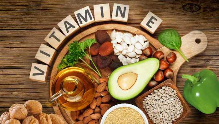 schnelleres haarwachstum, holzwürfel mit buchstaben, kanne mit pflanzenöl, halbe avocado, gesunde nahrungsmittel
