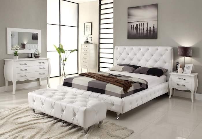 schöne schlafzimmer design ideen in weiß mit lilafarbene dekorationen, grüne pflanze