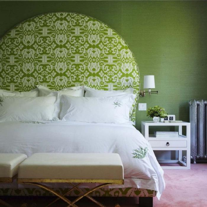 zimmer einrichten ideen in grün, weiß und rosa, grünes wanddesign hinter dem bett, beruhigender effekt, rosa teppich