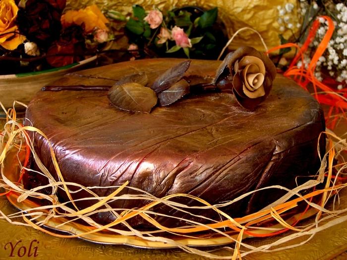 eine Schokolade Toffifee Kuchen, Glasur aus zerschmolzenen Toffifee Pralinen, Schokolade Rose als Dekoration