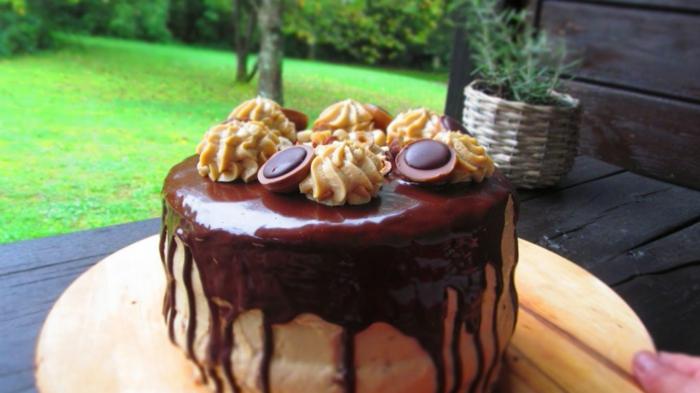 eine leckere Torte mit Tofiffee Praline als Dekoration, Toffifee Kuchen mit Schokoladenglasur