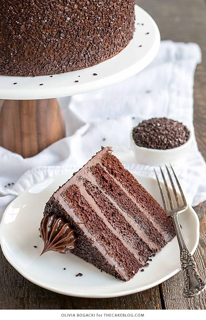 Ein Stück Schokoladentorte mit Buttercreme, Rezepte für leckere Nachtische