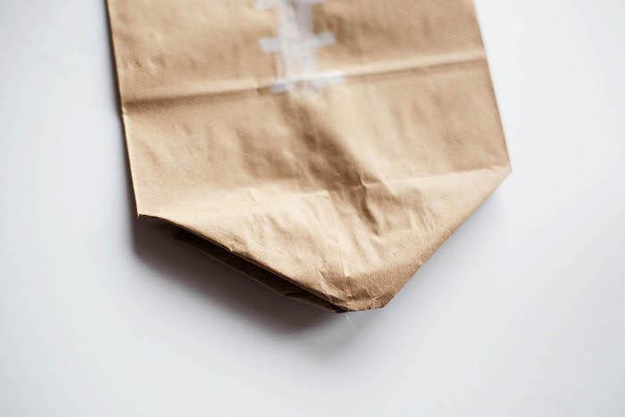 bastelideen für erwachsene, ein weißer tisch und eine kleine braune gefaltete tüte aus einem braunen alten papier, einen ball selber machen