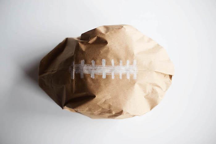ein weißer tisch und ein ball aus einer alten braunen tüte aus papier, eine diy anleitung, einen ball basteln aus papier