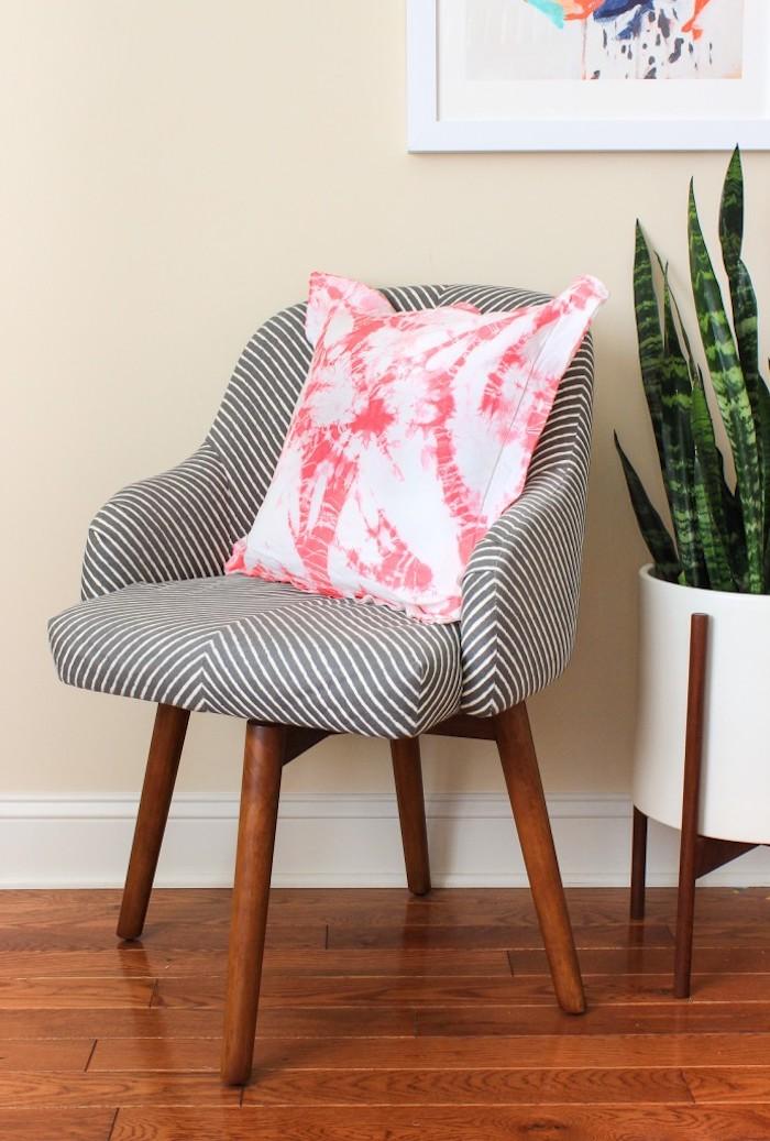 Selbst bemaltes Kissen af Stuhl, grüne Zimmerpflanze, Wandfarbe Creme, Gemälde an der Wand