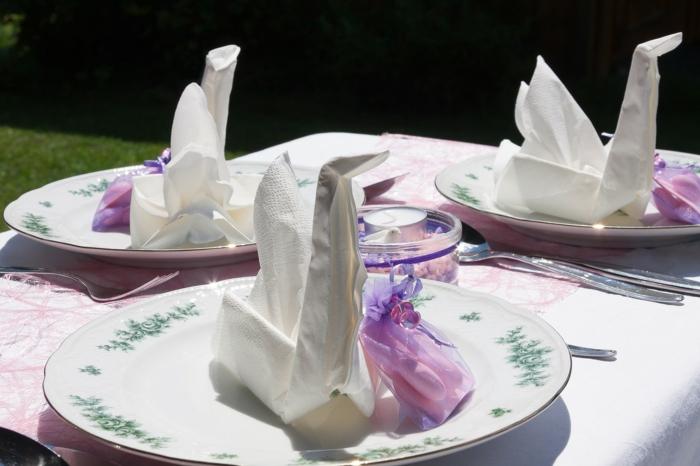 Servietten Kommunion in der Form von Schwan, bunte Teller, rosa Tischläufer