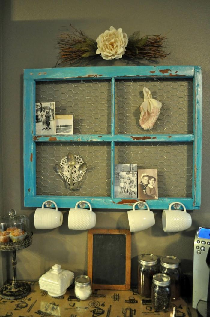 ein blauer alter Fensterrahmen, schwarz weiße Fotos, Wandgestaltung Ideen selber machen
