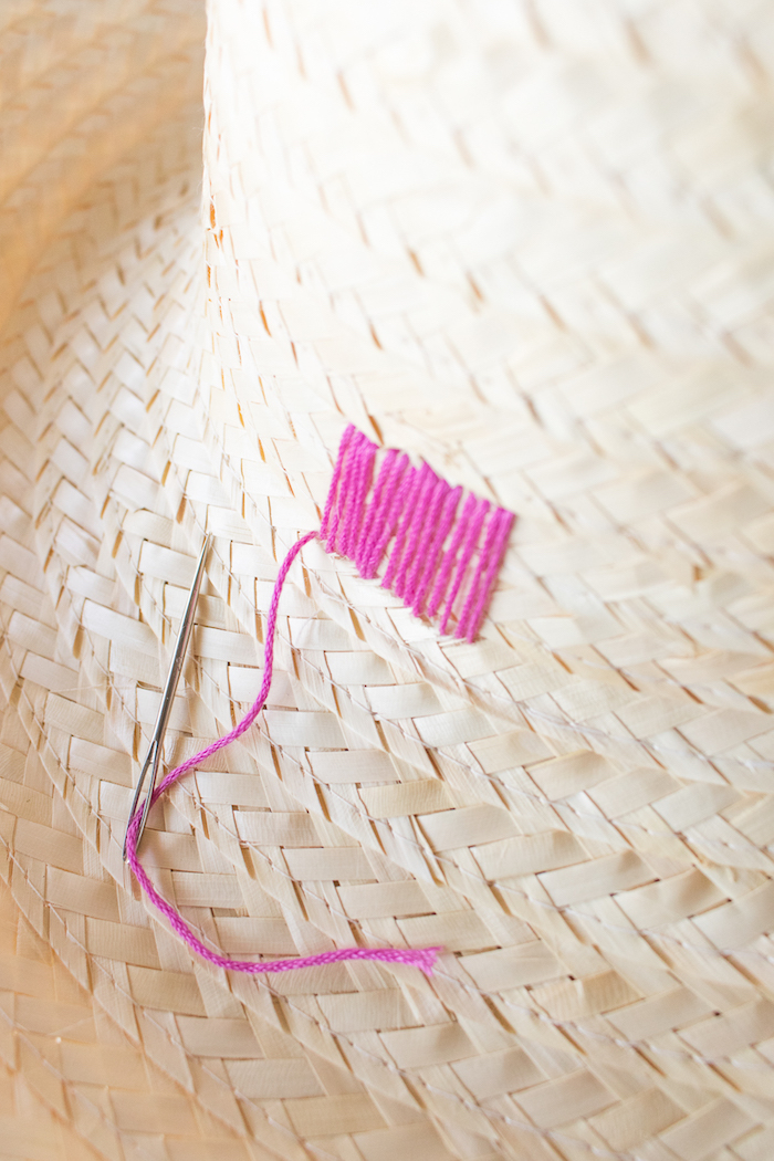 Schlichter Sommerhut mit rosa Faden verzieren, einfache und schnelle Idee zum Nachmachen