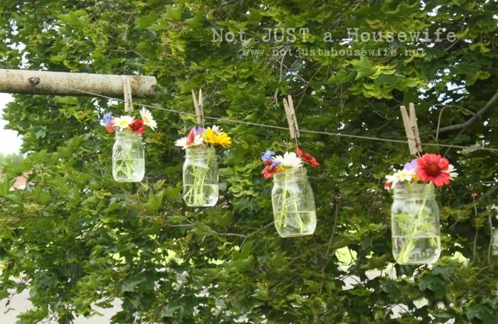 deko für 18 geburtstag, schöne einmachglasdeko idee mit frischen blumen, die als wäsche hängen