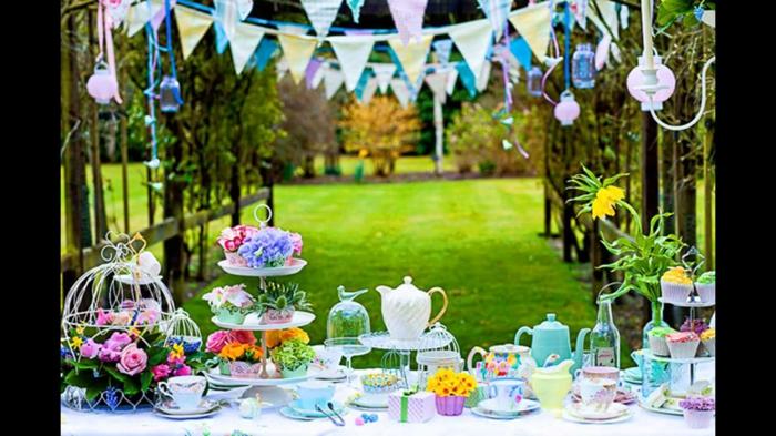 deko für 18 geburtstag eine schöne gestaltung wie in einem märchen, bunte dekoelemente, flaggen, blumen, grünes gras