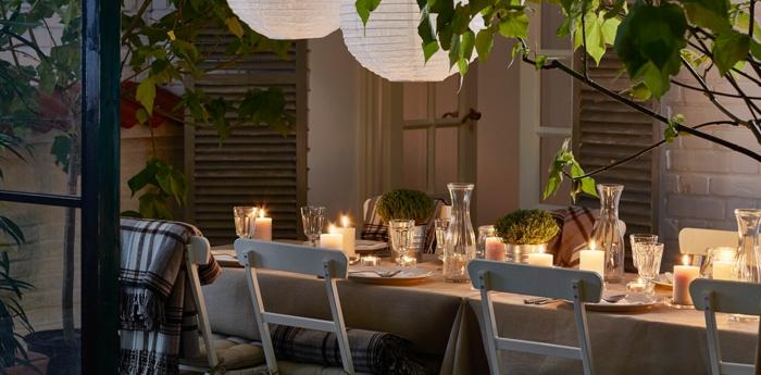 dekoration 30 geburtstag, elegante feier idee, kerzen anzünden auf dem tisch stellen dekorieren, genießen