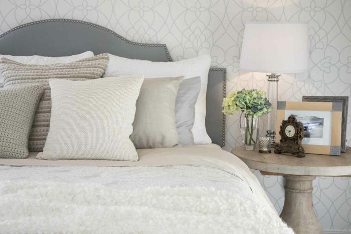 graues zimmer dekorieren, schlafzimmer farben feng shui, zimmerdesign, gestaltungsideen, blumen, wecker uhr, bilderrahmen