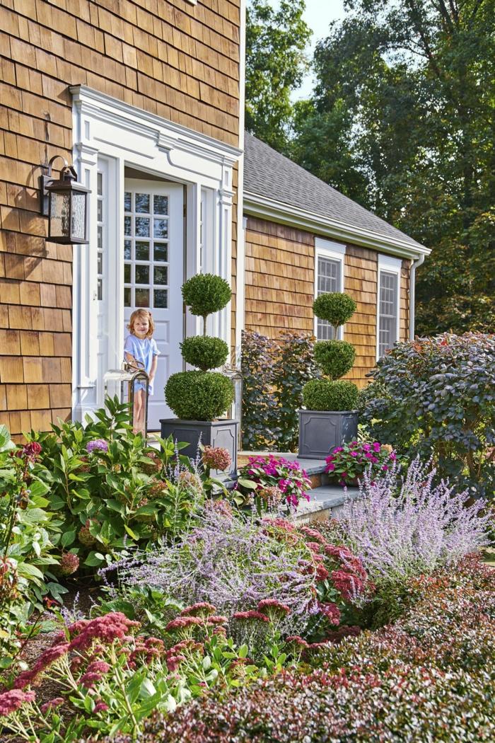 ein Garten mit vielen Farben, symmetrische Gestaltung, ein kleines Mädchen, Garten verschönern