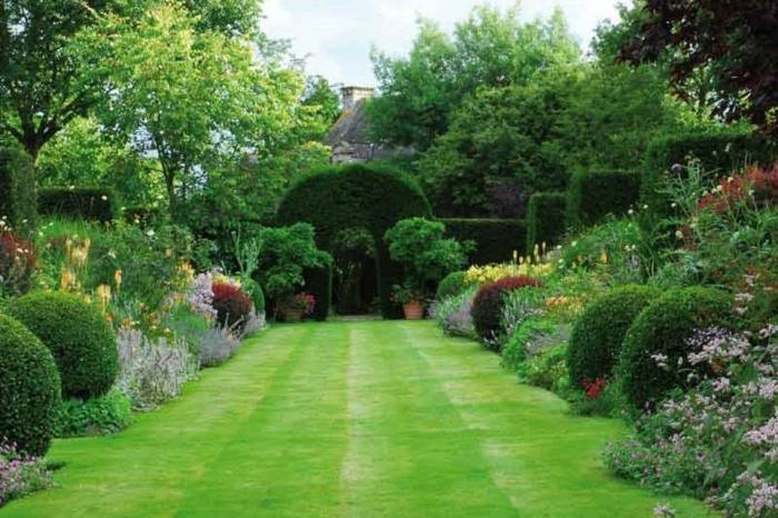 ein großer Rasen, viele Ziersträuche, zwei Pflanzkübel an Bogen als Ausgang, Garten verschönern