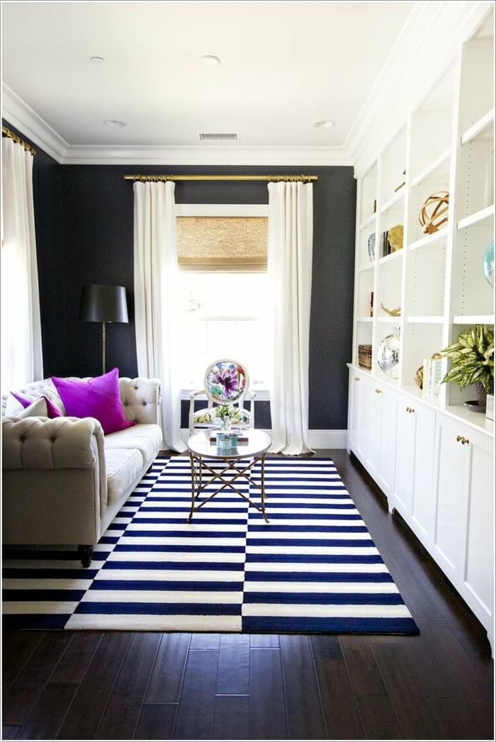 schwarz weiß gestreifter Teppich, kleiner Couchtisch, ein Sofa, weißer Regalsystem, kleine Räume einrichten
