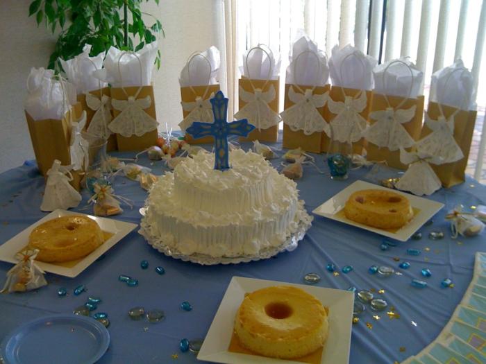 eine Menge Engelchen auf Tüten, eine herrliche Torte mit blauem Kreuz, Tischdekoration Kommunion
