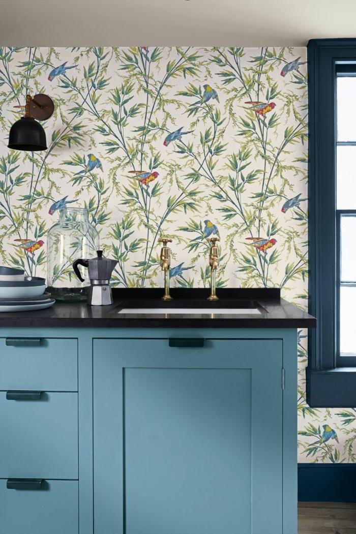 Wandgestaltung Küche, bunte Tapeten mit Vögeln und Zweigen, blaue Möbel