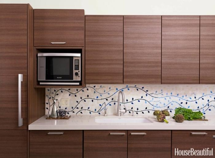 braune Regale, Tapeten mit Pflanzen Motive Wandgestaltung Küche, eine Mikrowelle