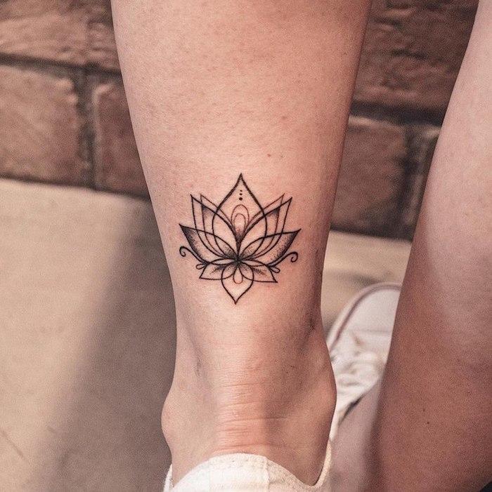 Kleines Tattoo an der Wade, Blumen Tattoo Lotus, Bein Tattoos für Frauen