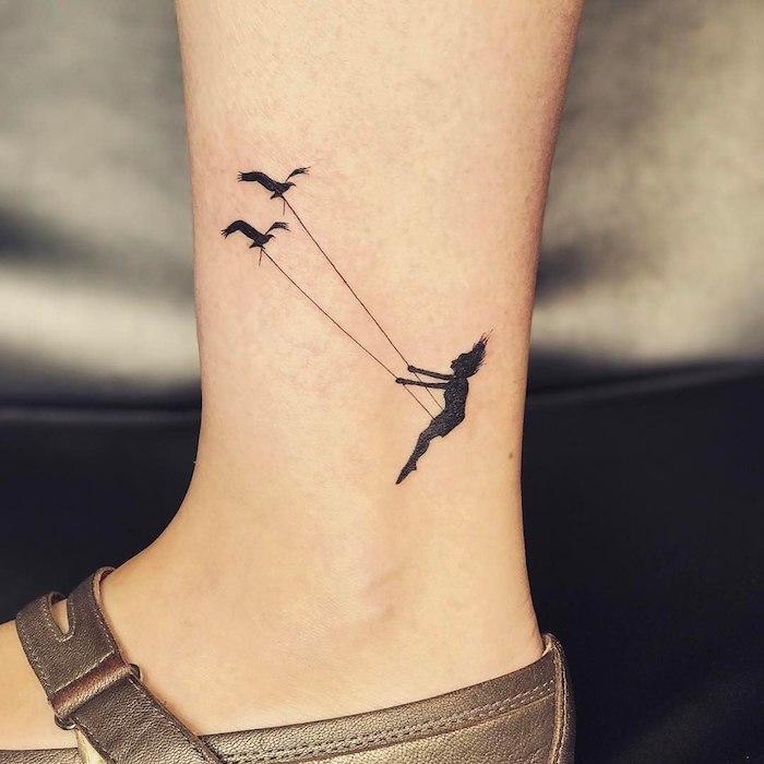 Zartes weibliches Tattoo Motiv, Schaukel mit zwei Vögeln und Mädchen