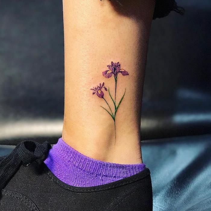 Schönes Blumen Tattoo, Blume mit lila Blüten, Tattoo für Frauen, lila Socken und schwarze Sneaker