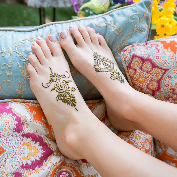 Henna Tattoos an den Füßen, bunte Deko Kissen, Nagellack in Pastellton