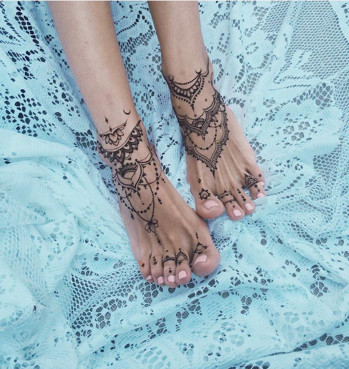 Mandala Tattoos an den Füßen, rosa Nagellack, weiße Spitze, Tattoos für Frauen