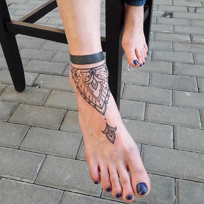 Mandala Tattoo am Fuß und dunkelblauer Nagellack, Tattoo Motive für Frauen