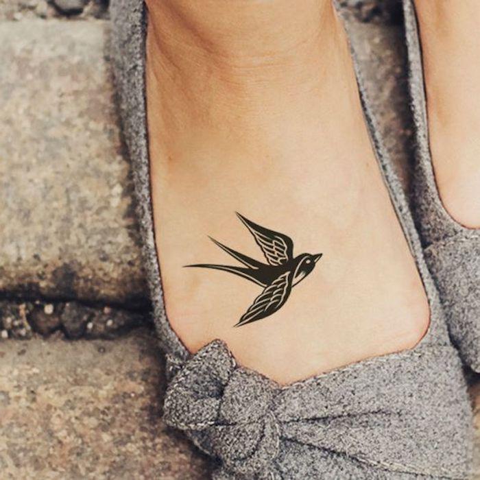 Sich eine Schwalbe stechen lassen, kleines Vogel Tattoo, graue Ballerinas