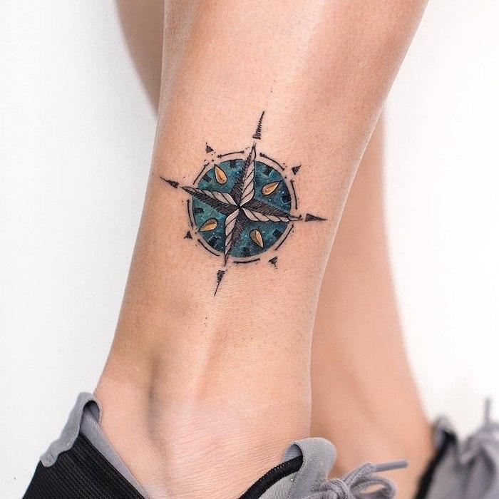 Kompass Tattoo für Frauen, blauer Grund, kleine Bein Tattoos
