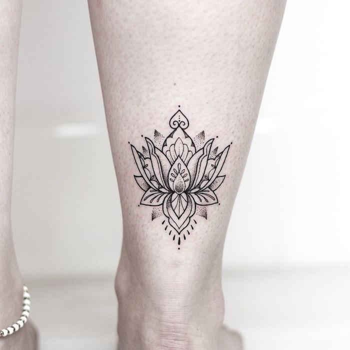 Lotus Tattoo an der Wade, kleine Blumen Tattoos für Frauen, weibliche Motive