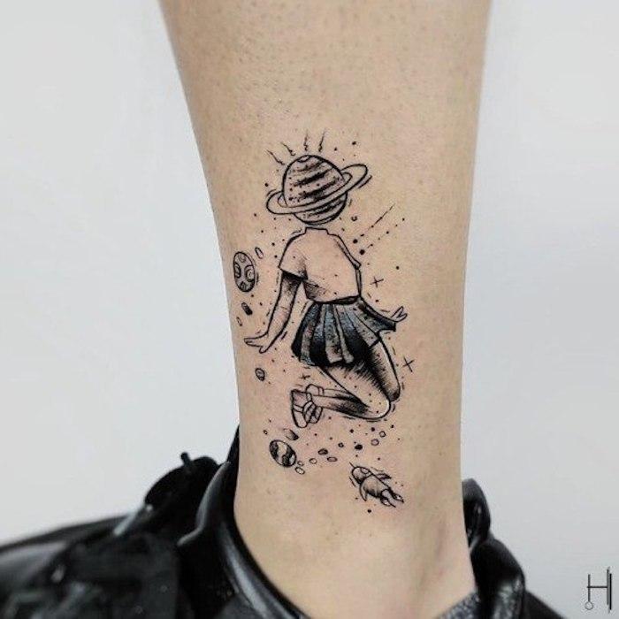 Tattoo am Bein, Mädchen Tattoo, Saturn anstatt Kopf, dunkler Rock und weißes Shirt