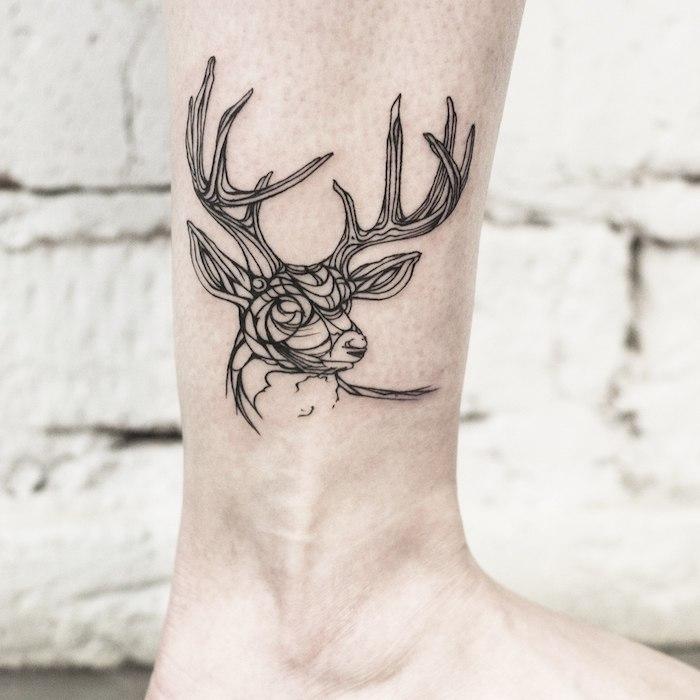 Hirsch Tattoo am Bein, sich kleine Tattoos stechen lassen, weibliche Motive