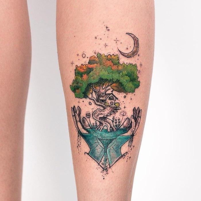 Farbiges Tattoo, Baumhaus und Mond in Händen, Idee für farbiges Tattoo