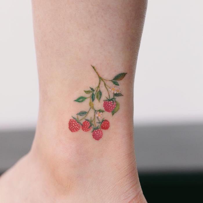 Süßes Tattoo Motiv, farbiges Tattoo Himbeeren, in Rot und Grün, Ideen für Knöchel Tattoos