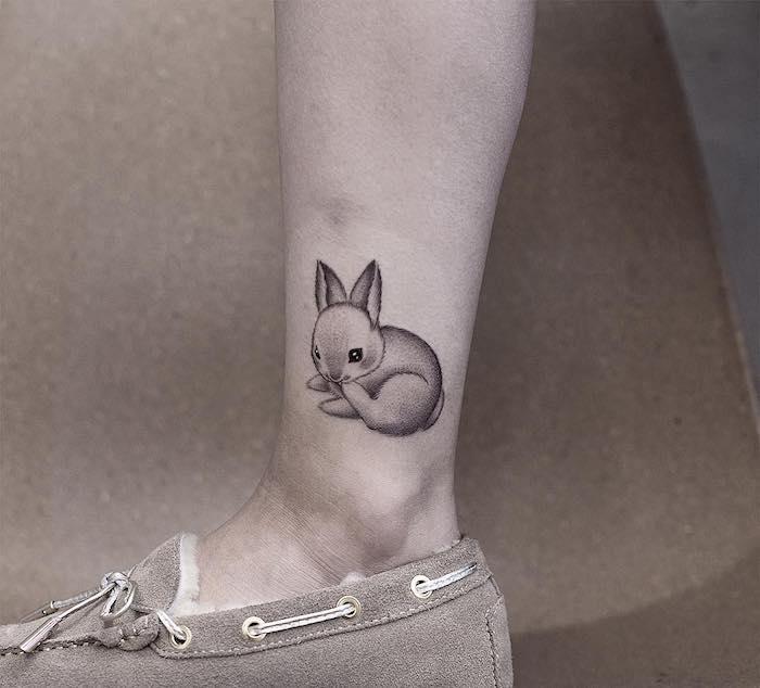 Sich Kaninchen Tattoo an das Bein stechen lassen , kleine Tattoos für Frauen