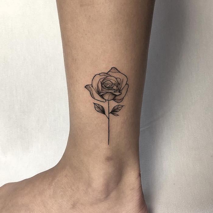 Sich eine Rose stechen lassen, Blumen Tattoos, kleines Tattoo am Knöchel