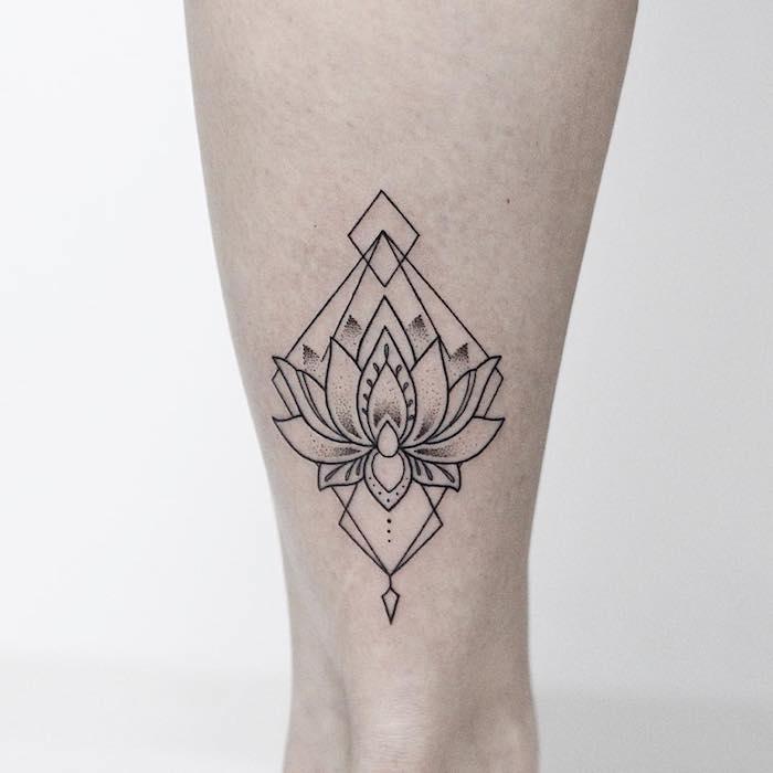 Idee für Blumen Tattoo, sich ein Lotus stechen lassen, Tattoo an der Wade