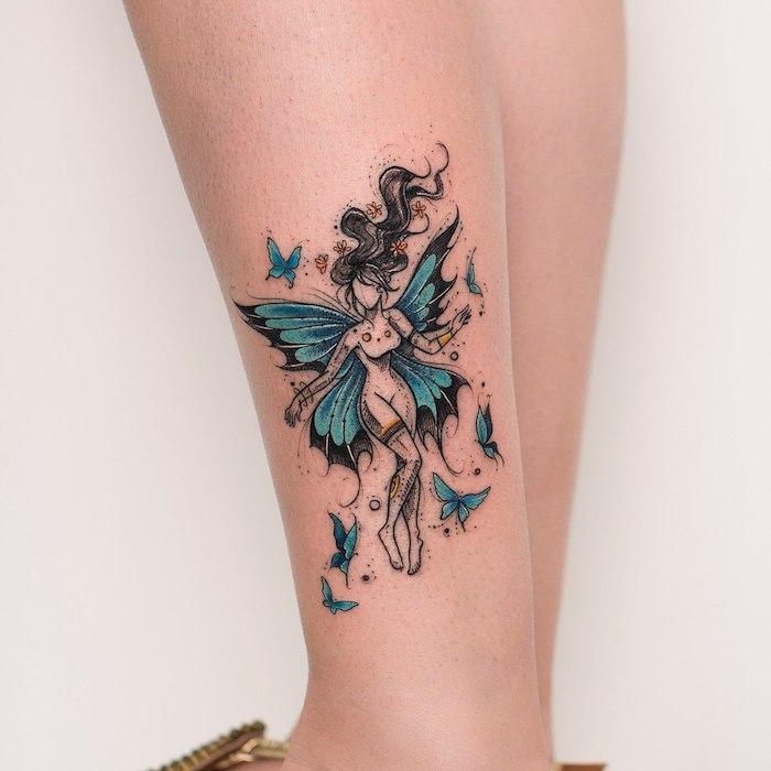 Bein Tattoo für Frauen, Fee mit blauen Flügeln und langen schwarzen Haaren, blaue Schmetterlinge und gelbe Blumen