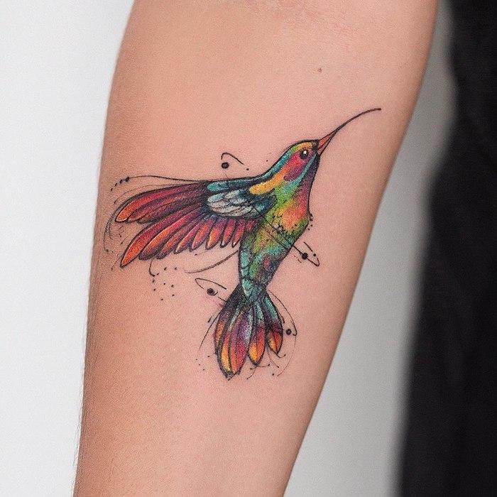Vogel Tattoo, farbiger Kolibri, Idee für zartes weibliches Tattoo Motiv