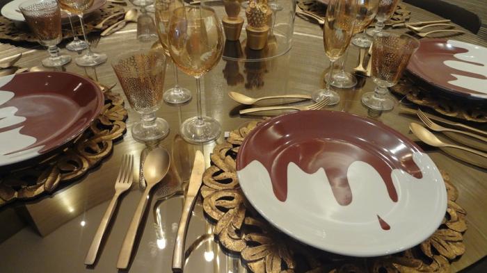 weiße und rote Teller, goldene Untersilien, kleine Dekoration im Mittelpunkt, Tischdekoration Kommunion
