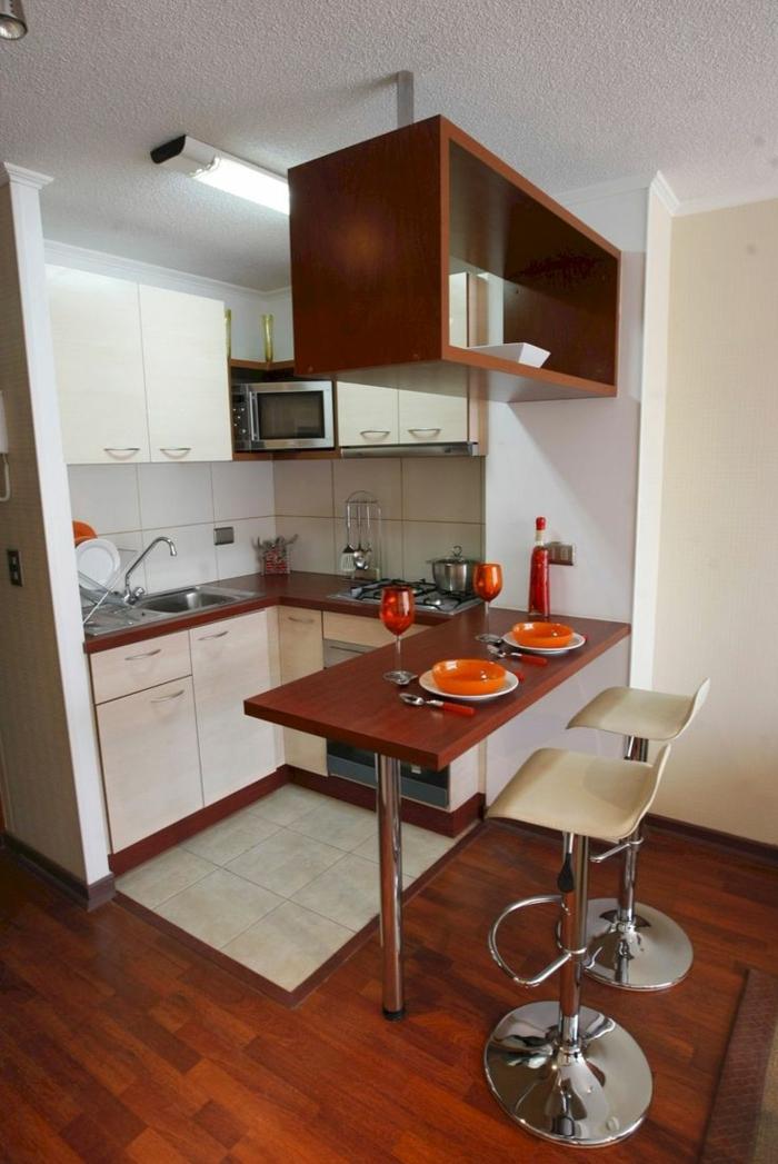 eine minimalistische Küche, Fliesen auf dem Boden, kleines Essbereich, Zimmer einrichten Ideen