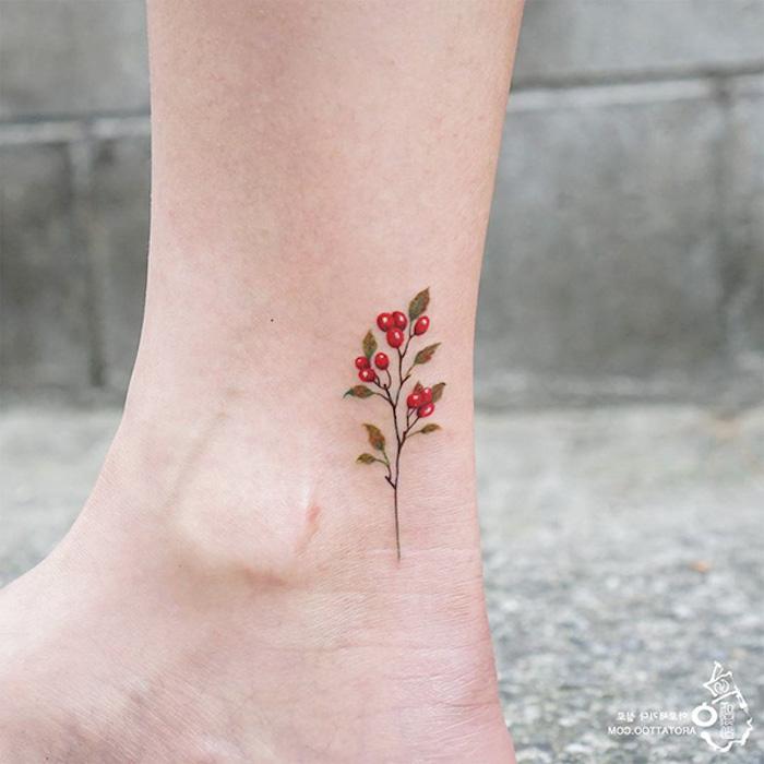 Kleines farbiges Tattoo am Knöchel, Ideen für weibliche Bein Tattoos, rote Früchte